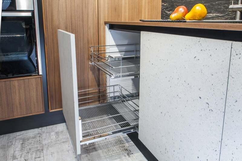 Выдвижная корзина для кухни c дистанционной планкой (сетка Сапфир)